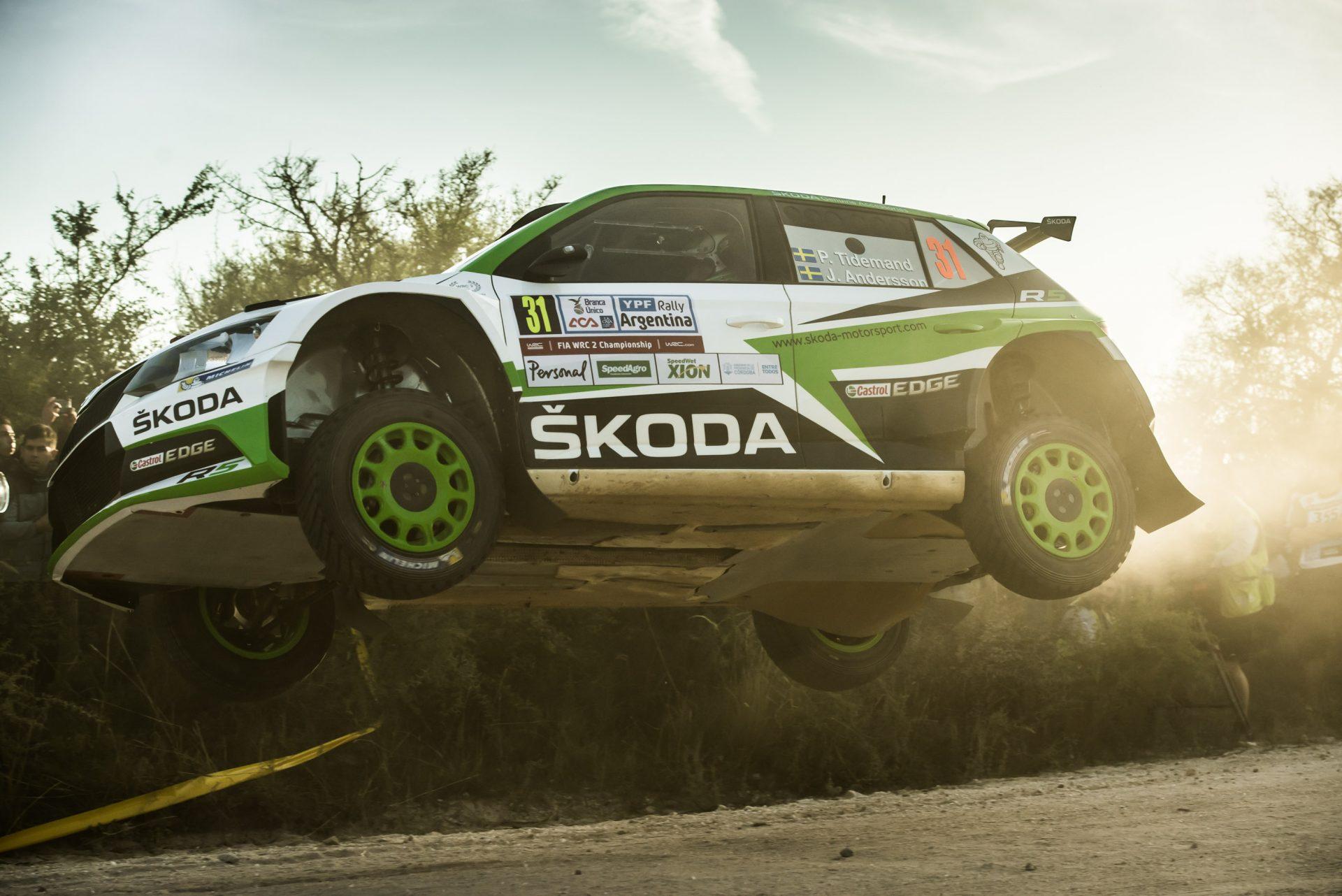 Rally Argentina, 1. etapa: I po potížích ve RZ2 jsou tovární vozy FABIA R5 na 1. a 2. místě, Veiby je 3.