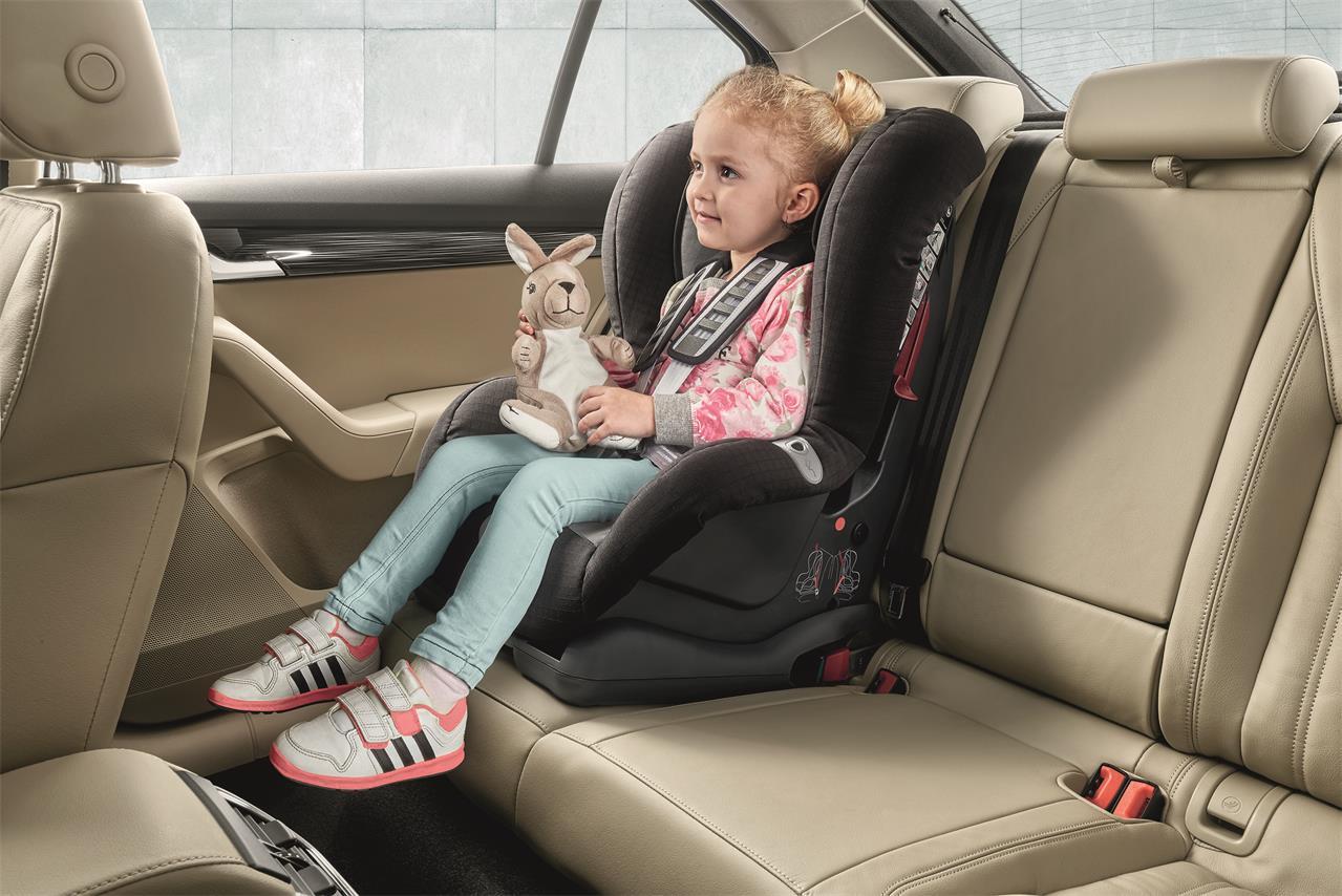 AUTO SAFETY: FUNKCJONALNOŚCI POMAGAJĄCE W PODRÓŻY Z DZIECKIEM